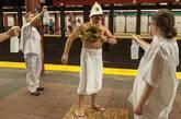 "Improv Everywhere的""行为艺术""逗乐了一些乘客,他们毫不犹豫地脱下衬衫,在腰间围上一条白毛巾,加入其中。"