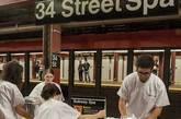 """美国当地时间8月5日,搞笑团体Improv Everywhere通过视频传播了他们的""""壮举"""",在纽约地铁站内""""安装""""桑拿浴室。"""