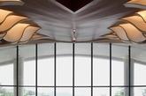 设计形塑了一个大隐于市之空间场域。应用现代简洁的设计语汇,营造急剧张力的空间感受,用强感召力引领宾客步入室内。波浪起伏的木铝板天花造型,水波纹的大理石地面铺装,极具地域特色白色拱形门,自然形态的叶子玻璃天窗造型,与天窗下洒落的漫天气泡灯构成室内空间与建筑结构的微妙结合,并化作建筑景观的延伸。(实习编辑:温存)