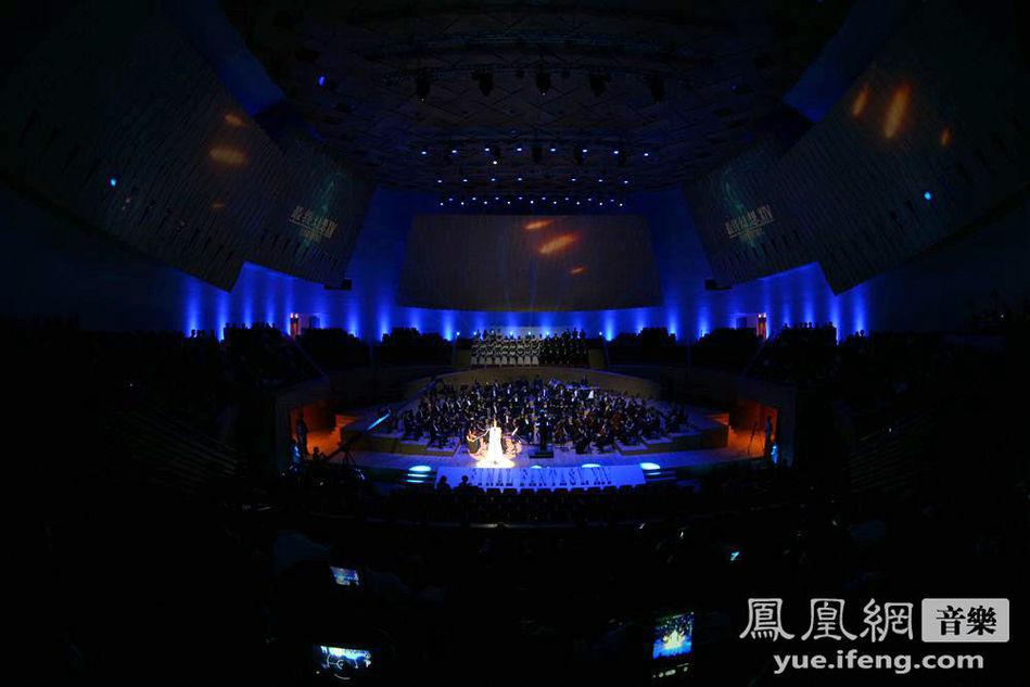 上海爱乐乐团的交响乐伴奏下演唱了主题曲《answers》,成为继