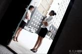 8月29日,山西省运城市,八月份,是楼市里的低谷期,在行业内称为地产业的灰暗区。主要靠销售提成的售楼小姐在这个时期收入锐减。售楼小姐董莎莎正在度过这个艰难的时间段。一米七的身高,上白下黑的职业套装,让近30的董莎莎显得格外干练。这个在地产销售行业摸爬滚打了3年的姑娘,这个月可能只能拿上基本工资了,曾经一个月拿到两万元销售提成的经历,让她现在想起来还津津乐道回味无穷。
