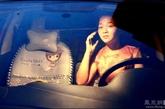 红色菠萝车是董莎莎奋斗下来的第一辆座驾,下班回家途中,城市里的路灯、霓虹灯等都已经慢慢亮了起来,看着匆匆的车流和华灯初上的夜景,雷莎莎感觉自己已经慢慢的融入到城市当中,毕竟我是从农村出来的,董莎莎说道。