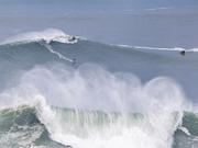 冲浪爱好者葡萄牙挑战30米巨浪 场面惊险刺激