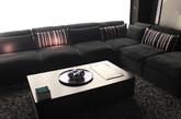 灯光下的深灰色丝绒沙发,泛着绸缎般的光泽,不经意间营造出迷人的浪漫情调。那柔软的触感,使这看似简单的沙发,也能充满令人流连忘返的魅力。(实习编辑:辛莉惠)