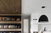 这是一个有着温暖木材质感的白色公寓。公寓的业主夫妇都非常爱好书籍,设计师让一个木材宽带子从入口处的墙头柜开始,由墙面向上折弯变成天花,贯通整个公寓天花,在卧室墙面变成床头墙。而其选取的浅色地板淡雅清新,也十分符合主人的气质,给人一种轻松闲适的感觉。(实习编辑:辛莉惠)