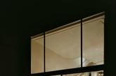 建筑位于德国海德堡, 是Ecker Architekten 建筑事务所自用的一处集住宅与办公室于一体的空间,最近事务所完成了对其的翻新设计。建筑在二战后落成,上世纪50年代曾是一个充满活力的咖啡馆和社交场所,80年代改造为住宅,2003年由Ecker Architekten 事务所购得。建筑年久失修,在外形上又平庸无奇,事务所在购置十年之后,为其进行了全面的翻新改造。改造的核心是对居住和工作空间的完善划分,同时为这个陈旧丑陋的体量增添现代风格的处理,使其符合建筑师的在美观上的需要。建筑正面增加了大面积的玻璃滑动门窗,使空间显得更为通透开阔,同时在楼顶扩建了起居室和活动平台。室内为纯白色调,以鲜艳的家具作为点缀。