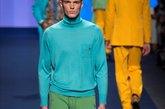 1965年法国设计师伊夫•圣罗兰发明了撞色色块之后,一举成为经典元素。推崇个性,不愿雷同,撞色潮流在近年来更加流行,并将经典元素玩转成了新式时尚。在强烈的视觉冲突中仍不失平衡感,撞色元素的整体美感增强了它的吸引力。图为2015春夏米兰时装周秀场。(实习编辑:辛莉惠)
