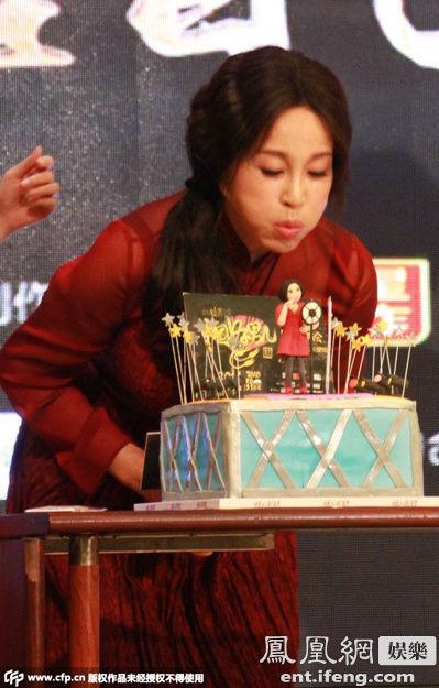 刘晓庆吹生日蛋糕蜡烛.