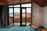 崇尚温暖木质调的你,快跟我们一起去参观来自BOS Architecture 位于新西兰的经典原木风之家。从天花板、地板到壁面,整个空间被带有温度的松木包围,呈现出温润而有质感的居家氛围。客厅与卧室利用大片的落地门窗代替墙面,甚至连厕所都设计了天井,让阳光尽情洒落在家中的每个角落,不用点灯就很明亮。(实习编辑:江冬妮)