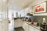 来到走廊,狭窄的长型空间正好可以规划成一字型的厨房,小空间的家建议舍去餐厅,转而以两人座吧台作为替代方案。