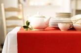 布艺产品是餐桌装饰的优选,它们既能柔化其他装饰的生硬线条,赋予温馨的格调,又能让餐桌更加容易整理。桌布、杯垫、餐巾都是餐桌上常见的物品,只要巧妙选择,这些不起眼的小细节就能有效打扮餐桌,丰富家里的圣诞装饰。(实习编辑:陈尚琪)