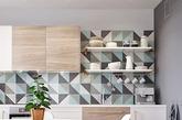 小套房很难隔间,但如何划分出不同的使用区域?来自俄罗斯设计公司INT2 architecture 利用腰部以下的收纳柜做为半隔间墙,将卧室与客厅一分为二,还同时兼具收纳机能。另外厨房外的小阳台不是拿来晒衣服,在墙上摆满杂志跟绿色小盆栽,改造成迷你的私人咖啡厅,实在很难想像这仅是36平米的小套房吧!(实习编辑:刘宁馨)