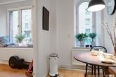 这个仅39平米的北欧公寓位于哥德堡最令人垂涎的地址——植物园内。这样一个宁静和轻松的位置也赋予了这个小家更加迷人属性。公寓的布局与3米高的天花板,使得整个公寓给人的感觉大于39平米。客厅的特点是有着一扇极大的朝东窗户,给人们的视野里增加了郁郁葱葱的绿色草坪与绿洲。几步之内你就可以到达大型的露天庭院,与迷人的花园。院子里有着宽敞的草坪,形形色色的植物,精致的庭园家具,烧烤区。(实习编辑:刘宁馨)