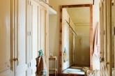 这间可爱的女性卧室展露出复古的整体魅力。它结合了精致的经典细节,明亮的色调和细腻浪漫的气氛。豪华床,壁炉,用于私人谈话的角落和带有衣柜的浴室。米色和奶油色是装饰主色调,它们不仅在视觉上扩大了空间,也使空间显得非常温柔而温馨。(实习编辑:陈尚琪)
