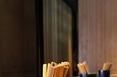台湾面馆:没有高深的设计理念, 只有20年前吃面的回忆, 青花大碗, 筷子, 热腾腾烟雾缭绕, 加上一个盒子迭加的空间概念, 就是这家面馆的主题。中式符号,现代感的风格 , 与中国面条相关的元素组合起来,将空间表现得既有文化感又能拥有时尚感。(实习编辑:陈尚琪)
