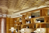 融餐馆:传统的中国青铜大门,主餐厅有着中国前卫落地灯,让具有传统青铜雕塑的天花板得到不同角度的展现。中国蓝的靠垫,蓝色的地毯,天花板上回响,零星的中国斗拱,精美的家具和中国古代人工书构成一个优雅得体的用餐空间,在每个细节展示了中国的文化。(实习编辑:陈尚琪)