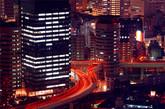 """日本 大阪门塔建筑   门塔建筑是该地土地所有者和日本政府协商的结果。原本该地拥有者想在此修建一座建筑,奈何政府已经计划在此修建高速公路,因此经历了五年的谈判之后,门塔建筑方案产生。远看,你会发现它被日本阪神高速公路分成了两部分,5,6,7层被其占据。不过别担心,电梯并不会止步于此,它直接跳跃到了第8层。""""(实习编辑:周芝)"""