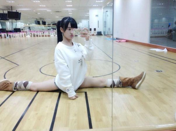 大胆日本女人_日本美女摄影师在公共场合浴盆大胆自拍组图