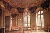 洛可可风格 当你看到一座建筑第一眼感觉就是好娘,里头充满了镜子小碎花和家具全是金光闪闪的,墙上也要捆金边,还带点粉红色和薄荷绿,什么东西都卷来卷去的,绝对是洛可可风格。(洛可可风格主要是室内设计)(实习编辑:周芝)