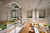 这是东仓建设梁永钊设计师为福州世欧投资发展有限公司设计的王庄1980样板房室内装饰设计项目。他以二十二世纪八十年代出生的人群为设计目标。在80年代的空间,厨房不一定是用来做饭的,沙发不一定是要正襟危坐的,淋浴间不一定是用来洗澡的,床也不一定是用来睡觉的。思想模式的不同,导致了生活态度的不同,因此我们打破一贯的居住模式,以1.5人居住定位,创作出适合80后的居住空间。(实习编辑:周芝)