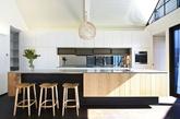建筑由Luigi Rosselli Architects 事务所设计,在面向外界的部分采用十分低调的处理方式,以与周围的建筑保持风格统一。十字饰纹的红砖墙面利用了旧屋拆解的材料,墙面覆盖和百叶窗则采用铝制板材,游廊平台采用了硬度十分出色的当地特产的红柳桉树木料。(实习编辑:陈尚琪)
