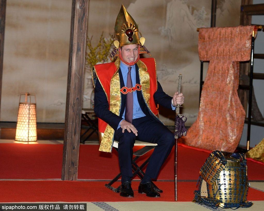 穿日本武士服的威廉王子图片