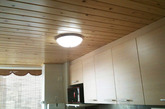 厨房和卫生间的顶部都选用了桑拿板,主要是为了美观,尤其是厨房和木质的橱柜搭在一起效果很好。虽然有人会觉得厨房油烟大,桑拿板不易于打理,其实应该还好了。