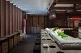 """齐民有机中国火锅的老板何奕佳来自台湾宜兰,自称""""高度理想性的完美主义者""""。她首创的""""有机中国火锅""""概念,一强调食材有机,二强调做法中国。除去吃之外,餐厅的设计非常典雅古朴,有中国农家感觉。这也是和其他火锅店空间设计的不同之处。餐厅宽敞开放,木质板材,让来到这里的人们回归自然,重获质朴的感觉。(实习编辑:周芝)"""