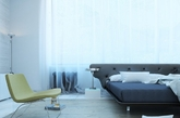 第四个卧室由设计师Vusal Huseynli设计完成。精简和奢侈是这个卧室最大的特色。简约的金属吊灯,数量刚好的床品,朦胧的白色纱帘,透露出极简主义的美丽。(实习编辑:张曦)