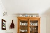 这种中国式结木内阁为这圣芭芭拉家居的厨房增添了不少乡村气息。