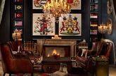"""Tips1 """"深""""(绅)饰(士)古典风 《王牌特工》中的裁缝店内墨绿带有纹理的墙面,深色原木的家具,暗红花纹的地毯无一不透露出奢华和神秘。深色是古典风的经典底色,暗色的墙面,深色木质家具,还有橘色的灯光等等一切共同营造一种神秘高贵的氛围。"""