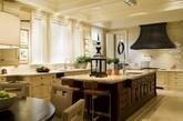 开放式的厨房,深色橱柜搭配绿植,一切清新自然。
