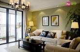 四、美式简欧风格现代客厅也有范。白色布艺沙发让空间舒适度足够,黑色木茶几是美式一贯作风,加上印花抱枕对比。落地灯与美式经典的吊灯也相得益彰。