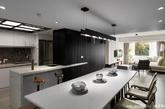 已经居住40年的公寓对于一家四口来说急需改变,设计师翁嘉鸿通过一家人对生活的展望,将空间格局全部重组,将功能性与美观性结合。空间整体呈现出明亮干净的清醒,沙发后方的墙体立体感十足,打开推门则是书房,用透明玻璃做推拉门保证了空间的通透。开放式的餐厅让动线流畅,采光盈满,营造出一贯的舒适氛围。(实习编辑:谭婉仪)