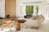 澳大利亚室内设计公司Amber Road 的设计简单清爽,虽然铺的是大理石地板,但是又充满生活温度,其秘诀就在于客厅和卧房加装的浅色木板墙!原本的墙面只是灰色和白色的呈现,但是装了木板后,空间马上多了层次、变得活泼,而且利用木材温润的质地,缓和地板、墙壁的冷调。另外可以再添购几张自然色系的地毯,养些绿色植物,让居家空间充满生命力。(实习编辑:谭婉仪)