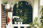 鲜花和绿色植物是生命和活力的象征,为母亲安放阳台上一些花花草草,洒水赏花都可以让母亲舒展身心。(实习编辑 孟璇)