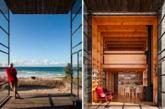 """木板作为主要建筑材料让小屋自然的融入当地美景,而小屋底盘落在两只超大的""""雪橇""""之上又富于它在沙滩上便于移动的特性。(实习编辑:谭婉仪)"""