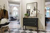 """如果您的公寓面积有限,而且希望有个""""大大""""的客厅的话,那么这间位于瑞典哥德堡的公寓值得一看。由于位于建筑的特殊部位,房间户型极不规则,所以设计师将最大的空间留给了客厅,意在打造更多的活动空间。最值得注意的客厅电视背景墙,创意地利用木箱改造的墙架,一方面多了一些展示空间,一方面又为空间增添了独特的乡村复古气息。卧室与客厅间,可用门帘分隔,既起到隔离作用,又不会占用太多面积。一举两得。(实习编辑:谭婉仪)"""