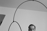 """四.吊灯 or""""钓""""灯 伦敦设计师 Michael Anastassiades 推出的新产品 Mobile Chandelier 9 吊灯,以简约造型和卓越的工艺美学,延续了他之前设计的移动枝形吊灯和球形灯的风格。这款 Mobile Chandelier 9 吊灯有着鱼竿一般的悬垂感,圆形灯泡则像是飘浮在空气中的气球,引人遐想。(实习编辑:谭婉仪)"""