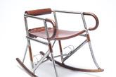 Randonneur 扶手椅由合金钢、硬木和皮革制成,其中椅子的框架由经过冷抽气和冷强化处理的合金钢管材构成,摇轮部分由沙比利硬木制成,至于椅座、靠背和扶手部分,则采用了英国老牌自行车配件厂商 Brooks England 的高档皮革。(实习编辑:谭婉仪)