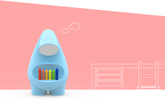 4.「MOMO」儿童笔控灯  这款 MOMO 儿童笔控灯造型笨拙如一只害羞萌宠,让人看了就母性大发。MOMO 的牙齿由不同颜色的画笔排列而成,只要你将任意一支画笔取下,「脸部」的灯光就会亮起,好像在关切地注视着你。想要关灯就只能将画笔插回到它的齿根里,这种设置是不是也能培养儿童随手放回东西的好习惯呢?另外不得不提的是,调节灯光的设置无比亲切,上下抚摸 MOMO 的背部就能做到。