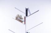 7.《树▪生》仿生书架 这款别具一格的书架叫做《树·生》,由罗瑞冰设计。它由不锈钢铝合金制成的树身脉络构成,寓意为「让书本也存在生命般,像果实一样被摘取」。《树·生》上的书本可以零散地随意摆放,相较四平八稳的方格书架而言,更显品位和闲适。 设计:罗瑞冰 工业设计 327387957@qq.com  丨 指导老师:温浩  周安彬