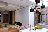 抛弃复杂的装修风格,还原最纯粹简单的风格,于细节处看巧思,或许就是这件公寓的特色吧!墙面以纯粹的白色与大气的灰色为主,配以书房靓丽的一体书柜,给人大气又不失活力的感觉。富有创意的灯具选择更是值得称道,这样子的装修有没有让你怦然心动呢?(实习编辑:谭婉仪)