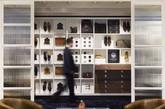 """伦敦最有型格的鞋店在哪里?来看看这家位于杰明街的Joseph Cheaney旗舰店吧!起源于1886年的Joseph Cheaney是目前英国仅存的擅长固特异皮沿条手工制作工艺(Goodyear Welted)的制鞋厂之一,他们对这家新店的概念是""""从强调英国手工鞋的传承和技艺的北安普敦郡工厂中提取出当代价值观。""""并找来伦敦新锐设计师Checkland & Kindleysides为其设计。(实习编辑:谭婉仪)"""