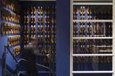 店内的整个空间被分为两个完全不同的区域;前区暗涵了他们的工厂,强调Cheaney手工制造这一事实。第二区则被设计成会议室的感觉,墙上悬挂着创始人的肖像————Joseph Cheaney 和他的儿子 Arthur的帆布框肖像,展示在现代化玻璃橱柜中,与蓝黑色油漆的墙形成鲜明的对比。(实习编辑:谭婉仪)