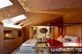 """WOW套房卧室。 """"WOW套房""""是一个通风效果好的复式建筑,有一个独立的阁楼卧室,在做室内水疗浴时能够看见头上的月光。屋内还有一个大型按摩淋浴和W酒店知名的四柱卧床。七米高的天花板以及大型窗户,让你体验一种与家完全不同的奢华感。室内设施包括有一间个性化客厅、餐厅、厨房、1 1/2浴室和现代奢侈品。"""