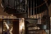 autoban事务所还为餐厅设计了一套家具和灯具  除了建筑的翻新工作之外,autoban事务所还为餐厅设计了一套家具和灯具,包括以皮革和织物装饰制成的椅子、吧椅、桌子、凳子和沙发。