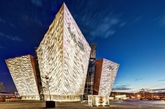 CivicArts & Todd Architects联合设计的这座建筑耗资近1亿英镑,体型犹如四艘轮船的船首分别驶向不同方向,又像冰山的四座棱角让人不时的想起电影中的场景,内部甚至还有专门模拟泰坦尼克号大厅的空间场景,能将游客瞬间带入那段不堪回首的历史。
