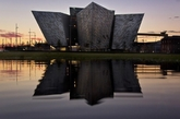 这是一座早在几年前完成的建筑,世界上最大的以泰坦尼克为主题的游客旅游中心同时也是北爱尔兰最大的旅游项目——Titanic Belfast(泰坦尼克号贝尔法斯特纪念馆)。由于爱尔兰的贝尔法斯特(Belfast )是当年泰坦尼克号建造和下水的港口,故博物馆因此得名。