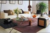 胡军的另一处豪宅,比之前的稍微简约,但紫色的地毯加上黑色的真皮沙发椅,低调而奢华。 这种轻奢华的家装也是我们最容易模仿的,必要时还可以在墙上加上镜面,客厅空间更显开阔!